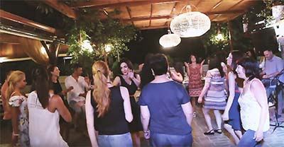 GREEK NIGHT WITH MUSIC AND DANCERS | GREECE